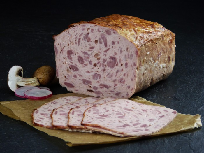 Fleischkäse grob gebacken geschnitten
