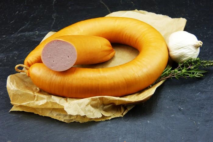 Fleischwurst im Ring mit Knoblauch im Naturdarm