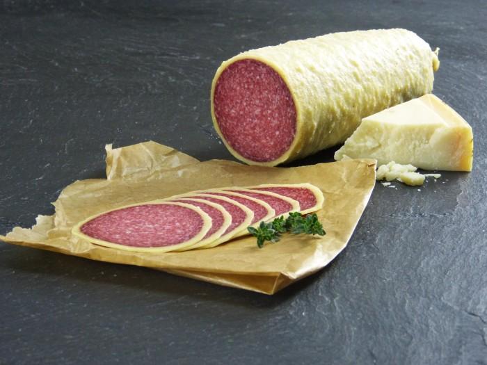Salami im Käsemantel geschnitten
